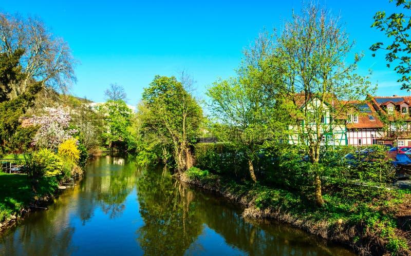 Salte nos bancos do rio de Kinzig em Gelnhausen, o Kaiserpfalz, Hesse, Alemanha foto de stock