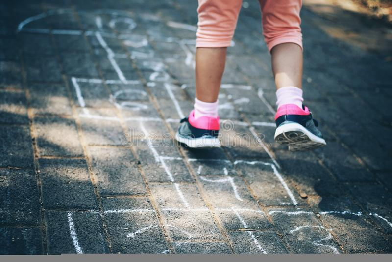 Salte os pés da rua dos números do jogo do jogo da criança imagens de stock royalty free