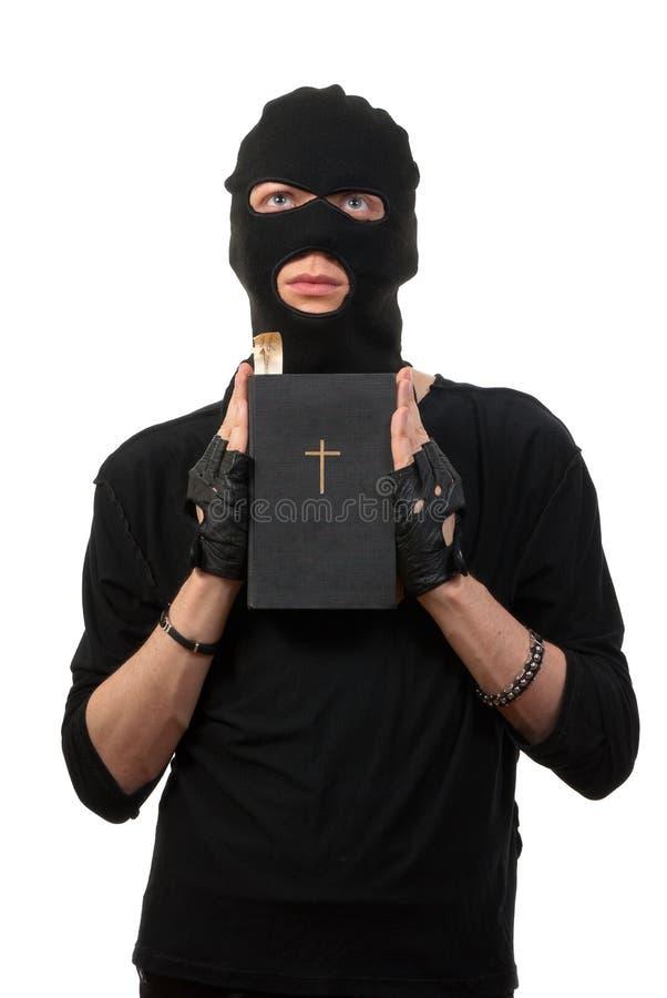 Salteador arrependido com a Bíblia imagem de stock royalty free