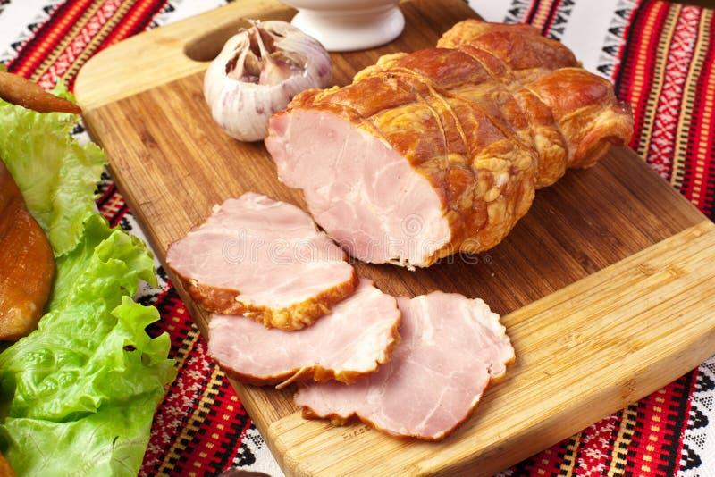 Salted a bouilli le porc sur la planche à découper. photos stock