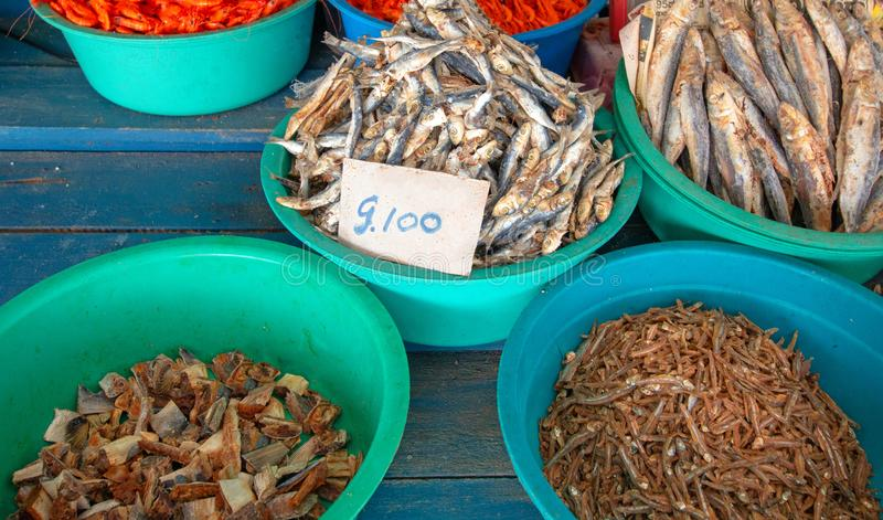 Salted ha asciugato ed essiccato le acciughe del pesce nella stalla dell'alimento nel mercato di Pettah in Colombo Sri Lanka immagine stock libera da diritti