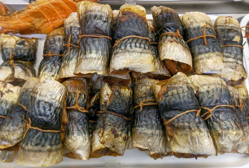 Salted secó pescados en el estante del mercado imagen de archivo libre de regalías