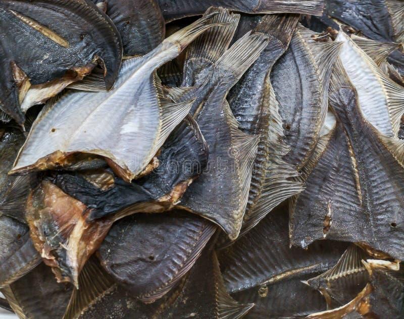 Salted secó pescados en el estante del mercado fotografía de archivo