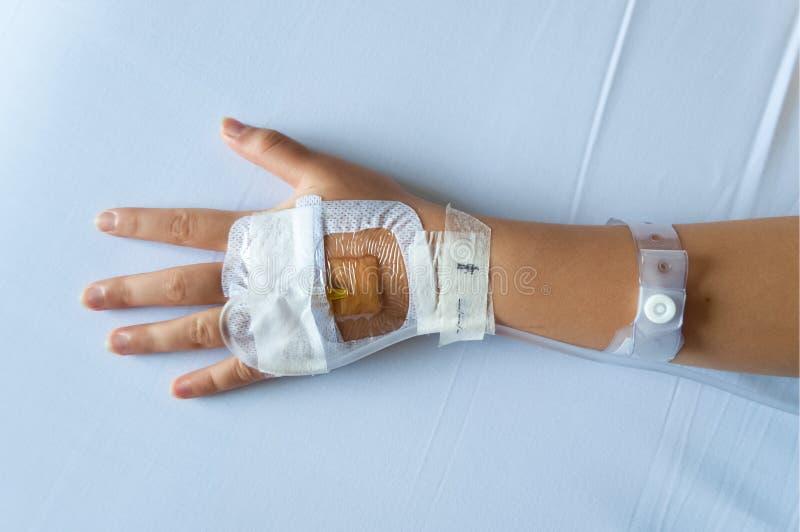 Salthaltig intravenös säkrad genomskinlig dressing arkivfoto