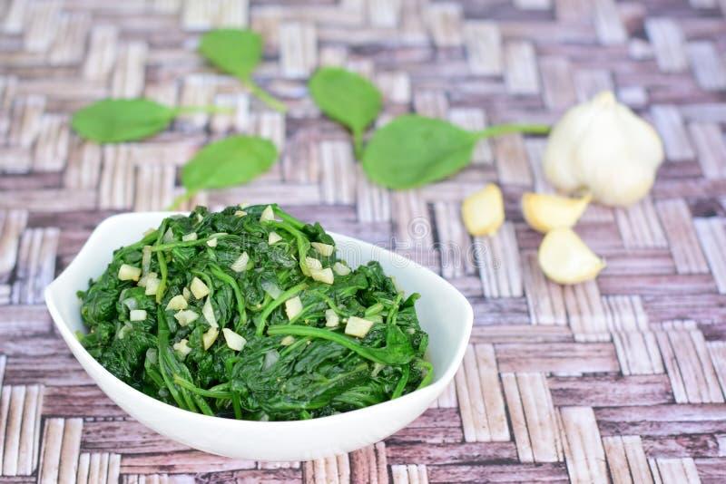 Salti gli spinaci dell'aglio immagine stock