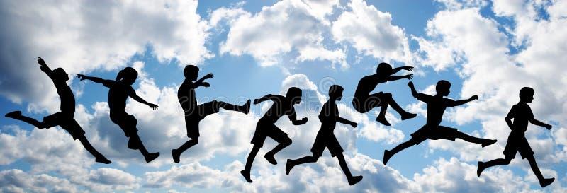 Salti i bambini sul cielo della nube royalty illustrazione gratis