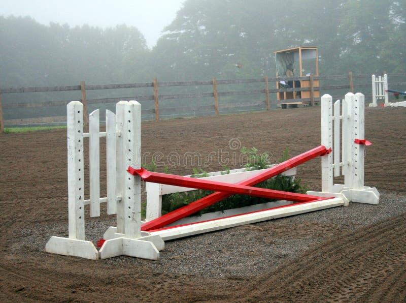 Salti il cancello ad un'esposizione del cavallo immagini stock
