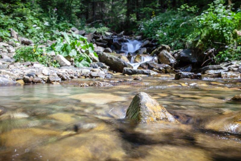 Salti in serie sopra le rocce della montagna fotografie stock libere da diritti
