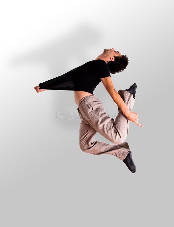 Salto à moda do dançarino de bailado moderno fotografia de stock