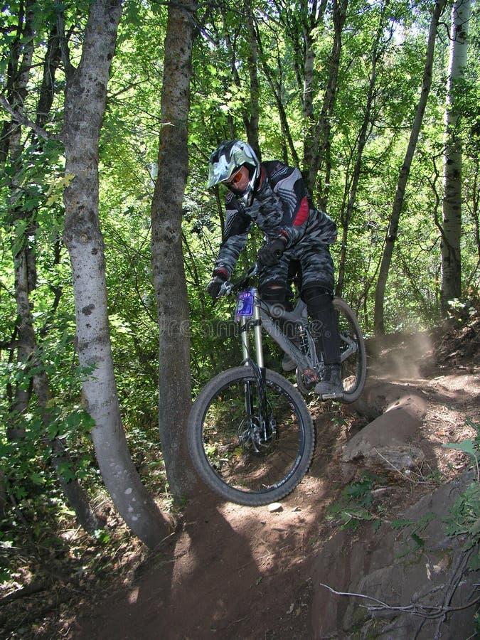 Salto 13 da bicicleta de montanha fotografia de stock royalty free