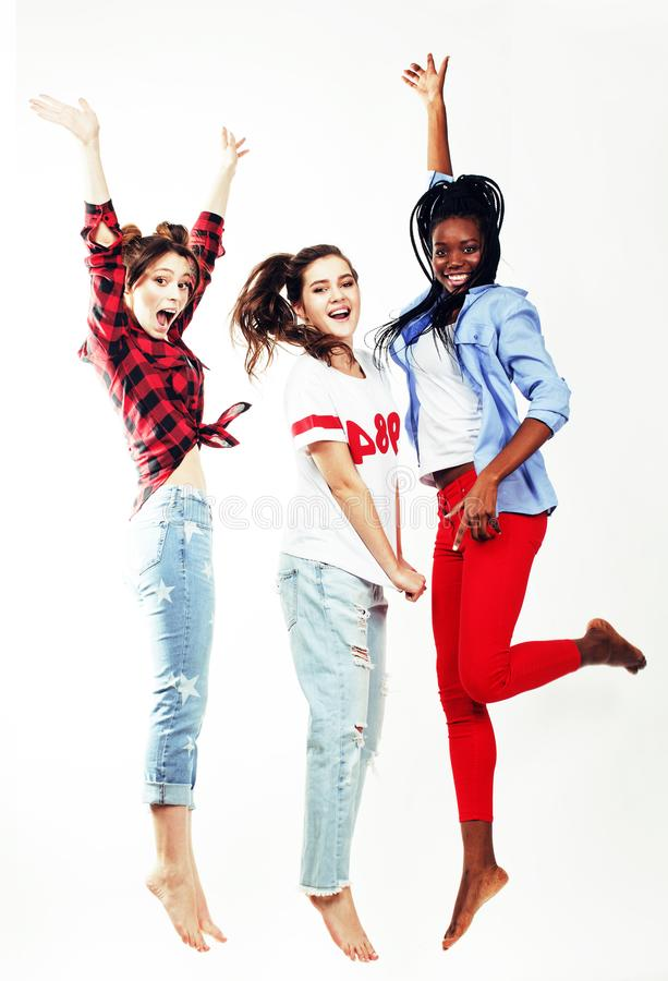 Salto abbastanza giovane di tre un diverso di nazioni amici di adolescente fotografie stock