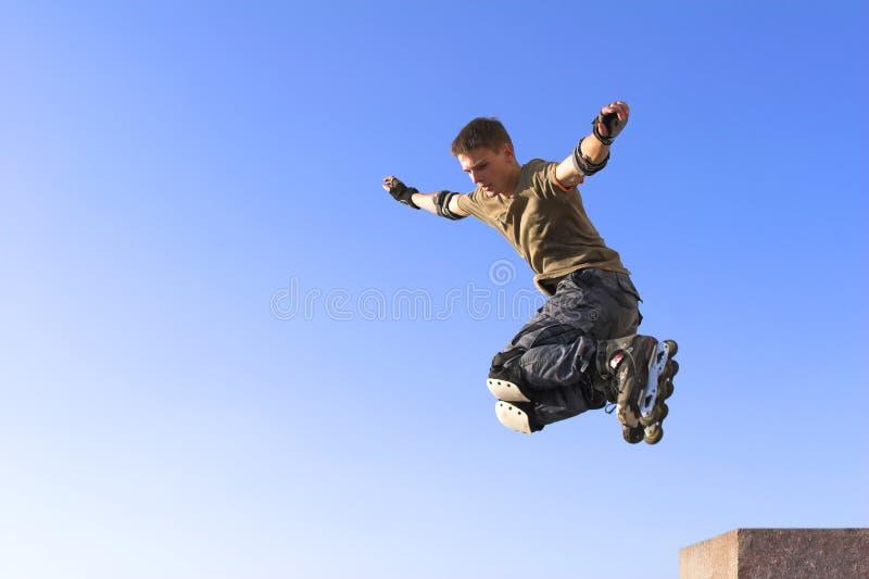 Salto activo del muchacho del rodillo imágenes de archivo libres de regalías