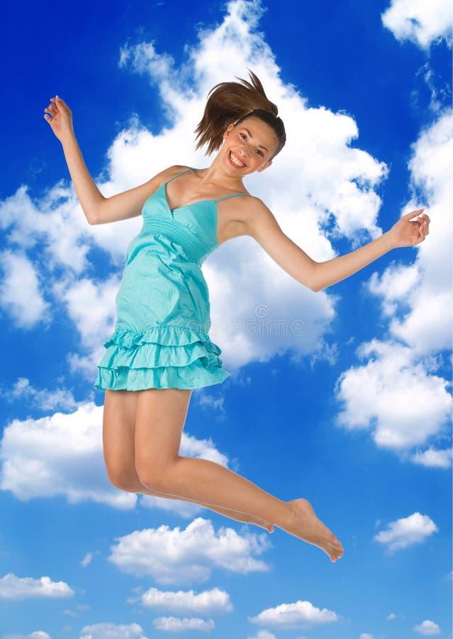 Salto adolescente de la muchacha foto de archivo