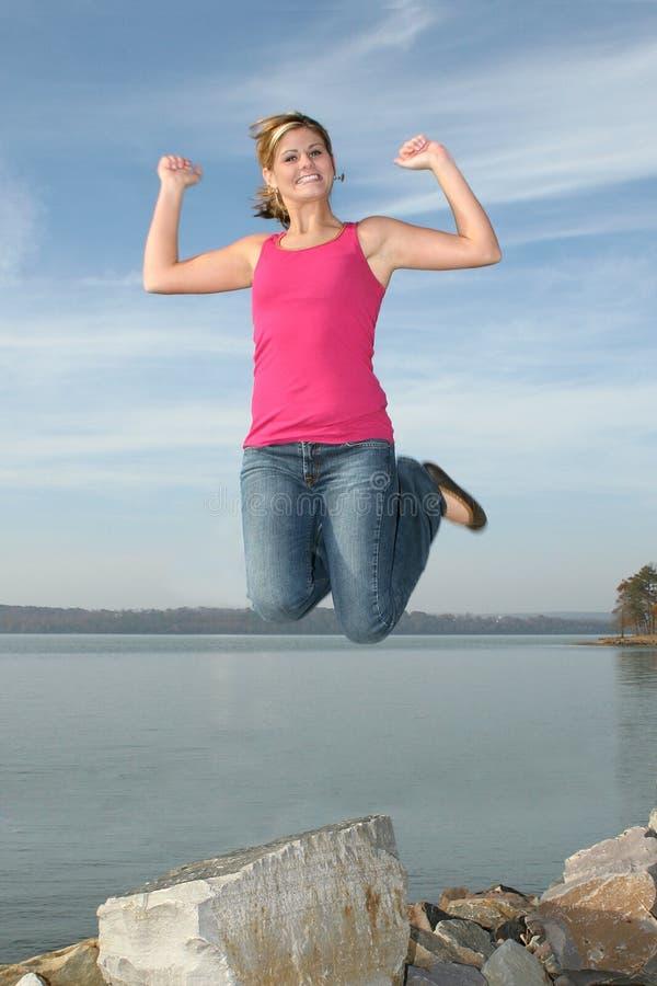 Salto adolescente feliz da menina fotografia de stock
