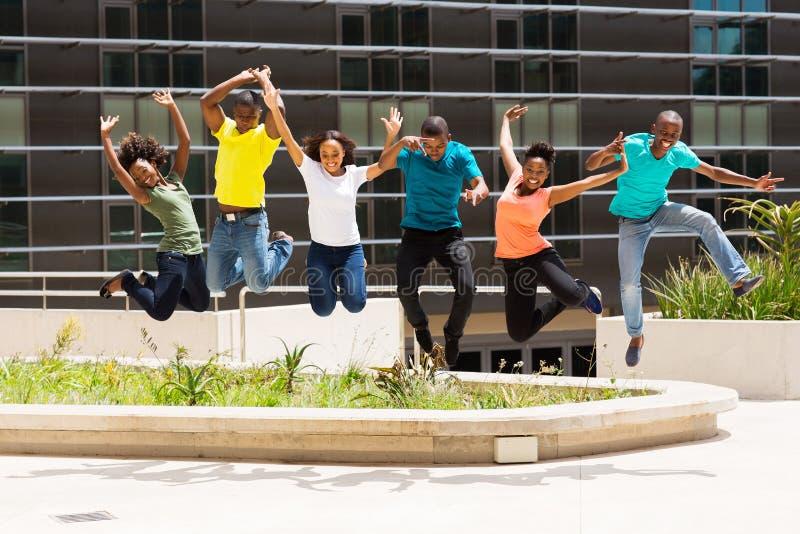 Salto africano de los estudiantes universitarios fotografía de archivo libre de regalías