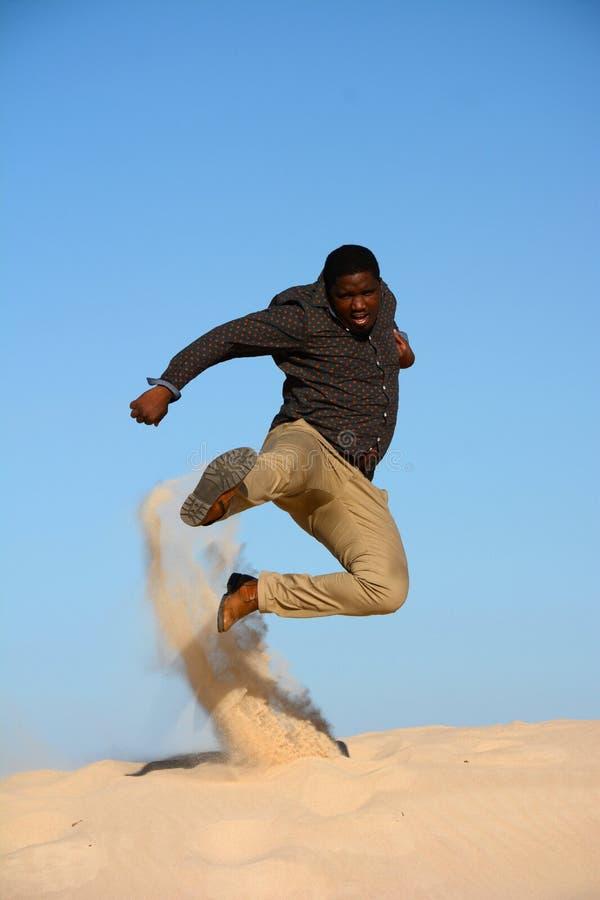 Salto afro-americano do kung-fu imagem de stock royalty free
