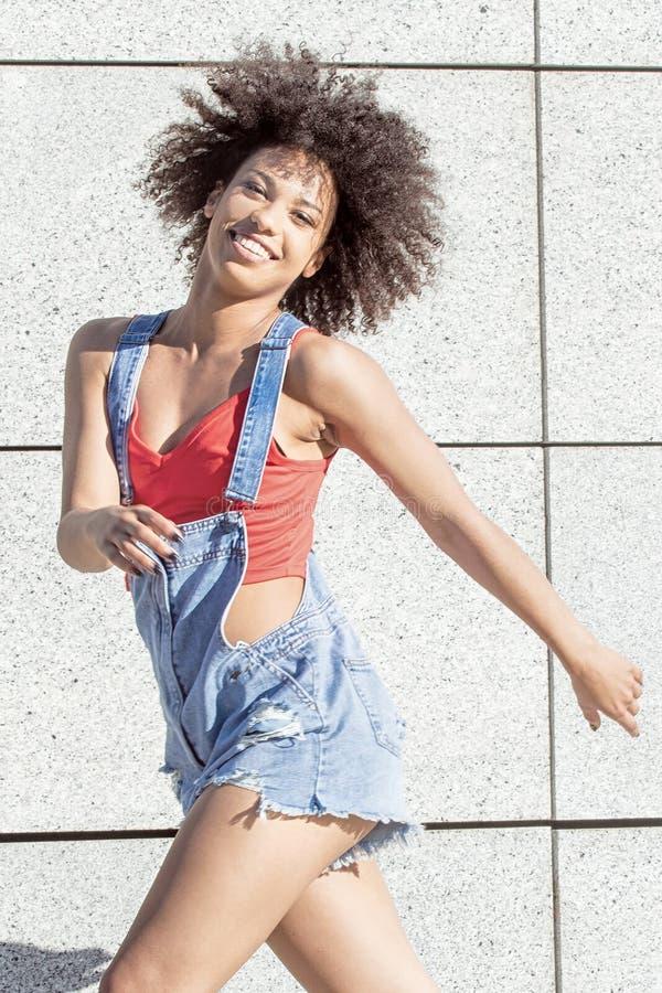 Salto afro-americano novo da menina fotos de stock