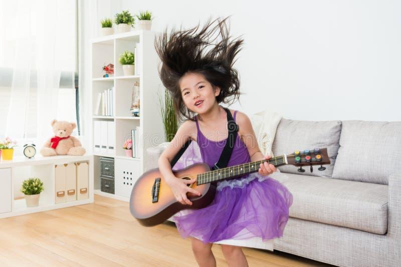 Salto alegre da menina para baixo do sofá imagem de stock royalty free