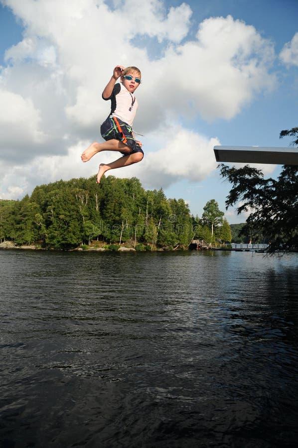 Salto ao lago no acampamento de verão fotografia de stock