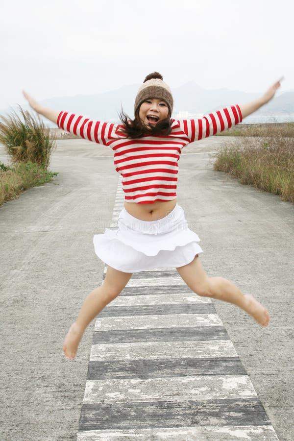 Salto asiático de la muchacha imagen de archivo libre de regalías