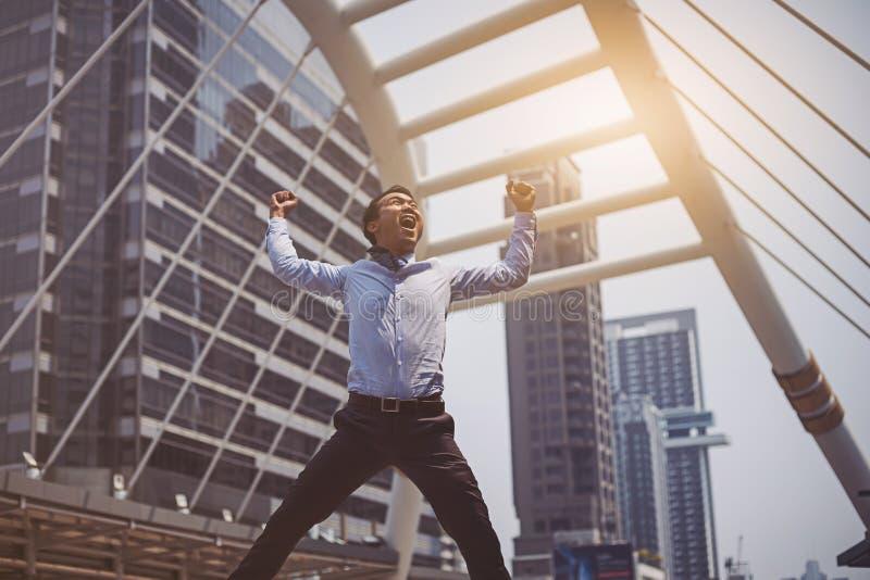 Salto asiático feliz del hombre de negocios imagen de archivo