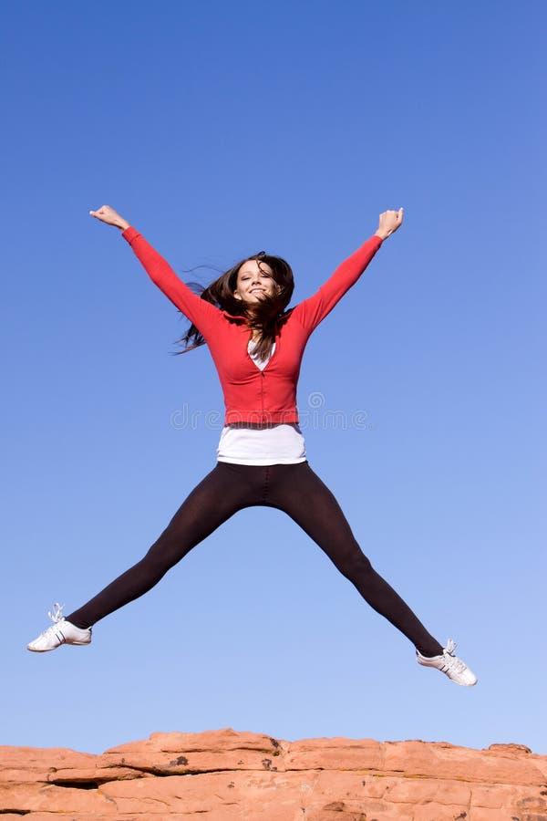 Salto atlético novo da mulher imagem de stock royalty free