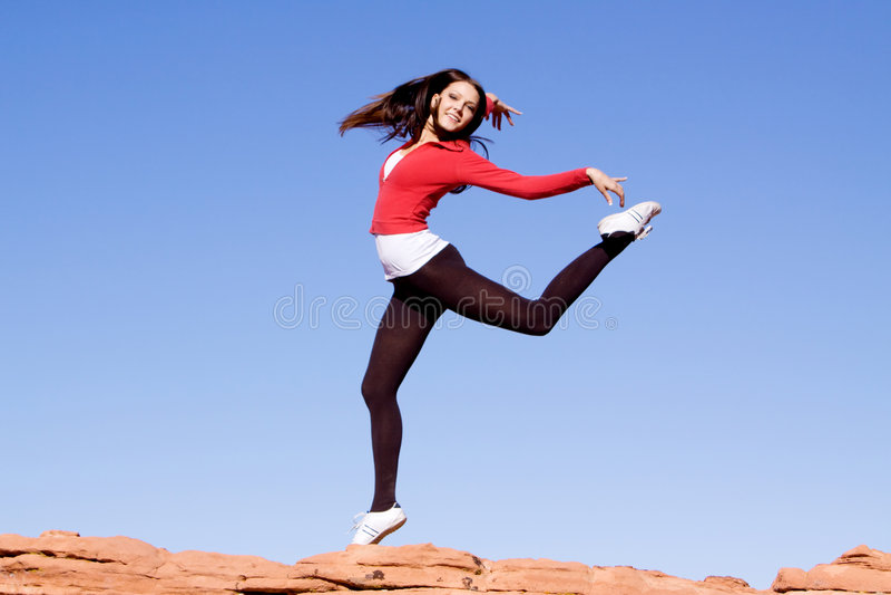 Salto atlético novo da mulher fotografia de stock royalty free
