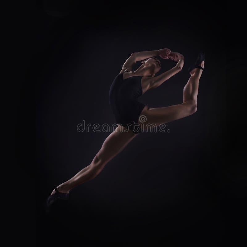 Salto bonito do dançarino de bailado fotos de stock royalty free