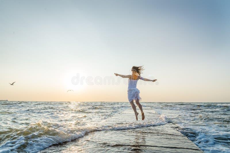 Salto bonito feliz da mo?a fotos de stock royalty free