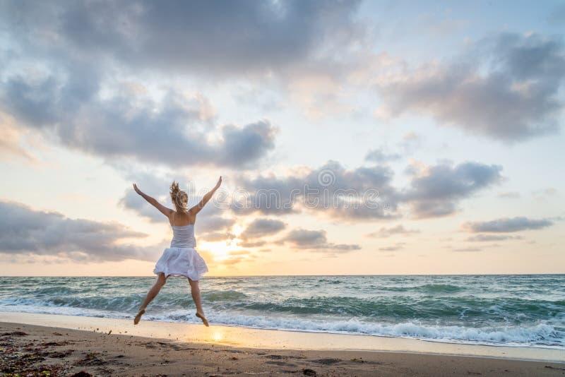 Salto bonito feliz da mo?a imagens de stock royalty free