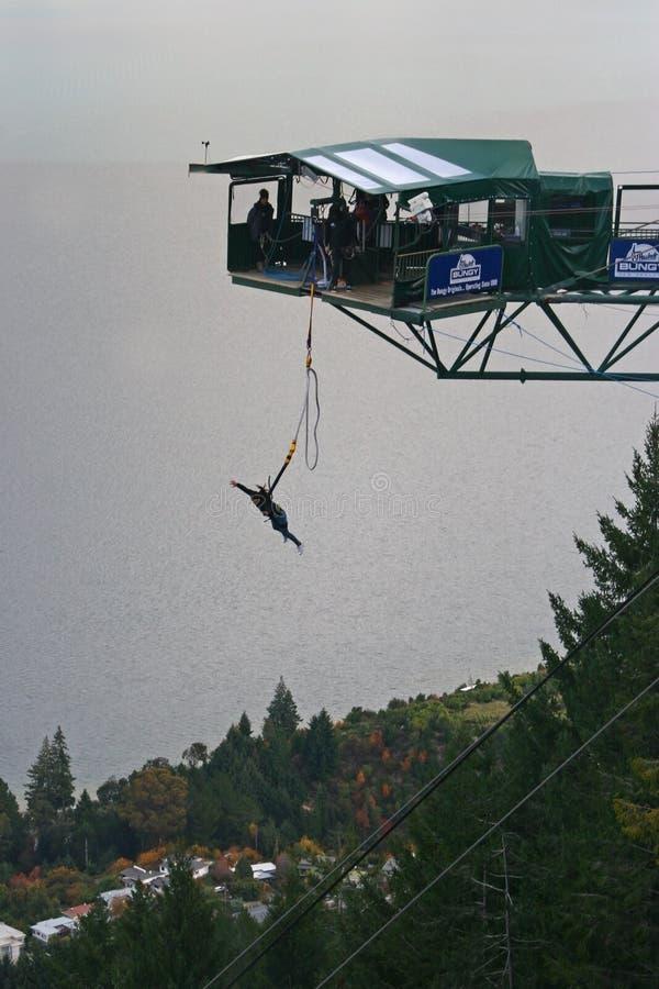 Salto bungy do estilo livre da plataforma de suspensão acima do lago e da floresta fotos de stock