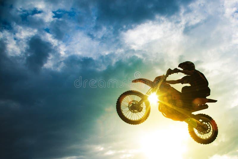 Salto da bicicleta do motocross foto de stock