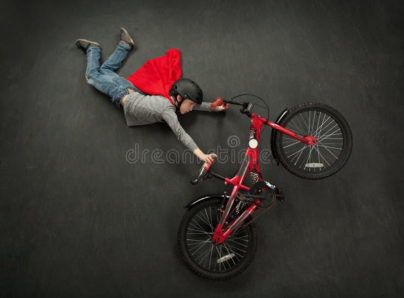 Salto da bicicleta do super-herói fotografia de stock royalty free