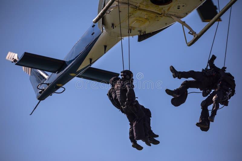 Salto da corda do helicóptero da equipe das forças especiais fotografia de stock