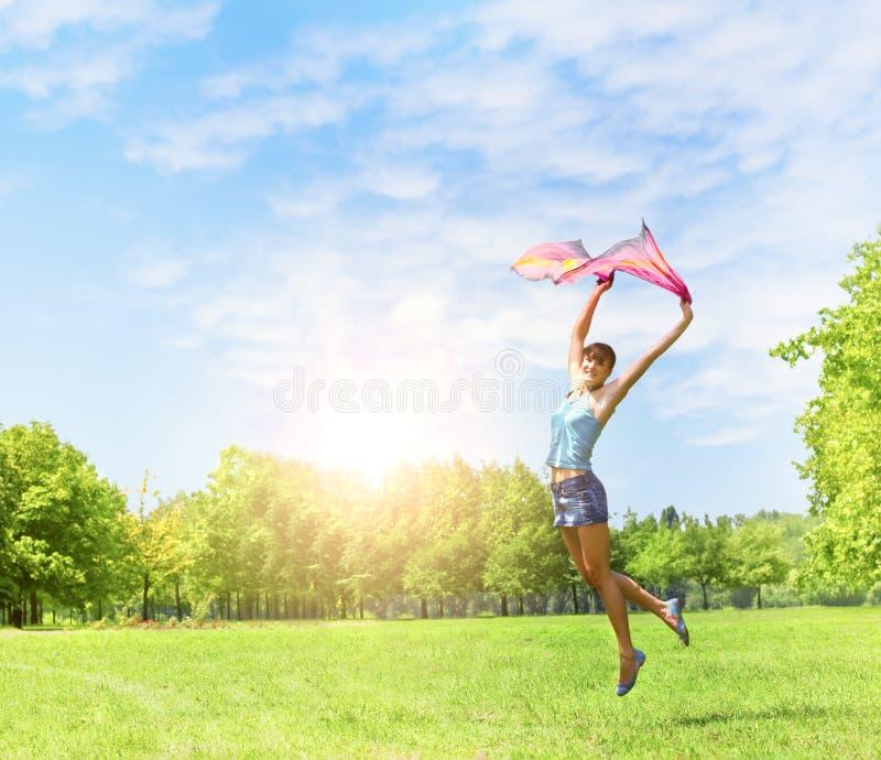 Salto da menina da felicidade imagem de stock royalty free