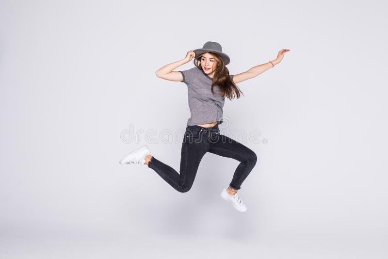 Salto da mulher do ver?o da alegria excitado isolado no fundo branco fotografia de stock