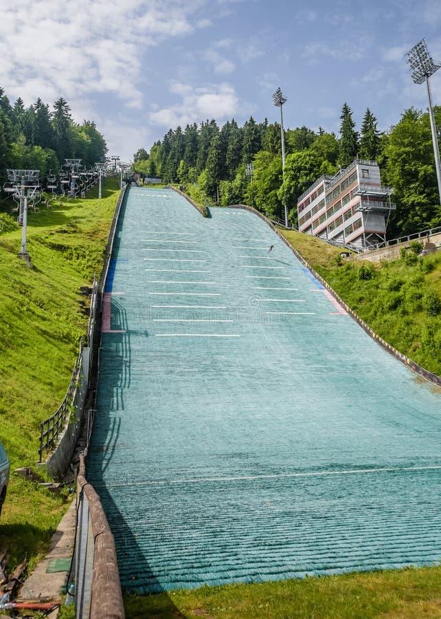 Salto de esqui no verão com uma ligação em ponte imagem de stock royalty free