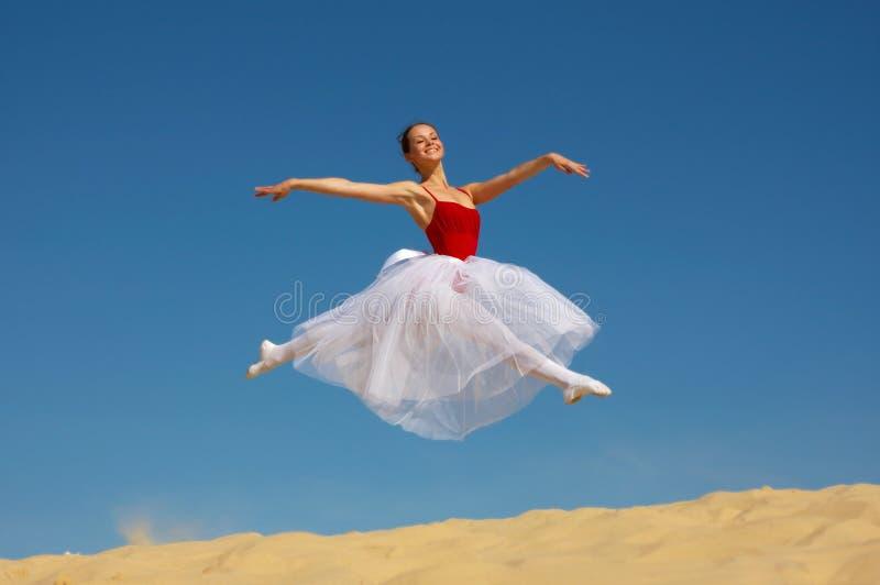 Salto de la bailarina foto de archivo libre de regalías