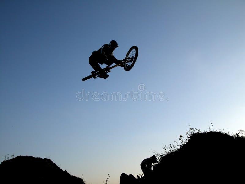 Salto de la bici de montaña fotografía de archivo libre de regalías