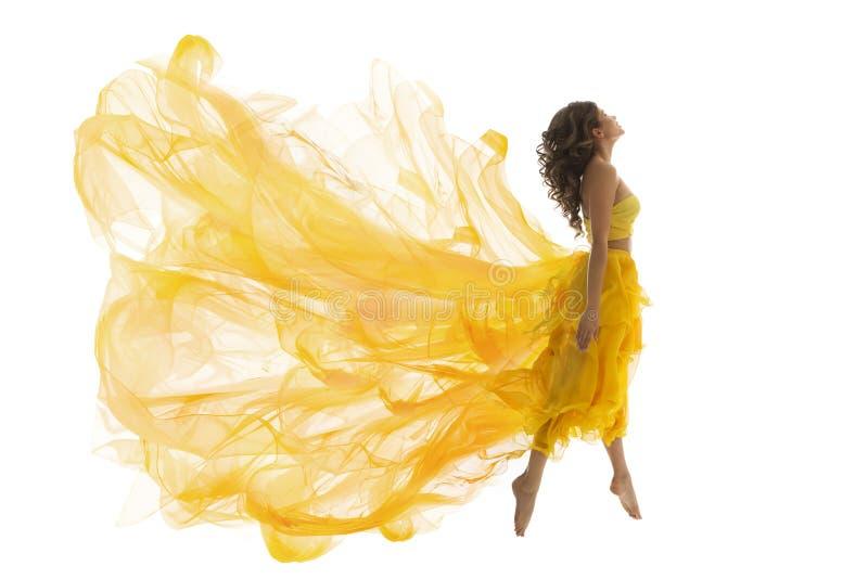 Salto de la levitación de la mujer del vuelo, modelo de moda en vestido del amarillo de la mosca imagen de archivo libre de regalías