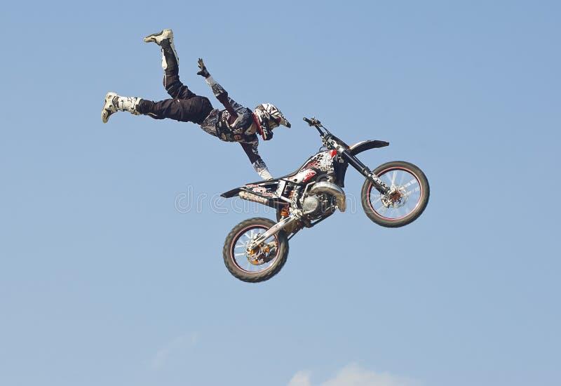 Salto de la motocicleta del estilo libre foto de archivo libre de regalías