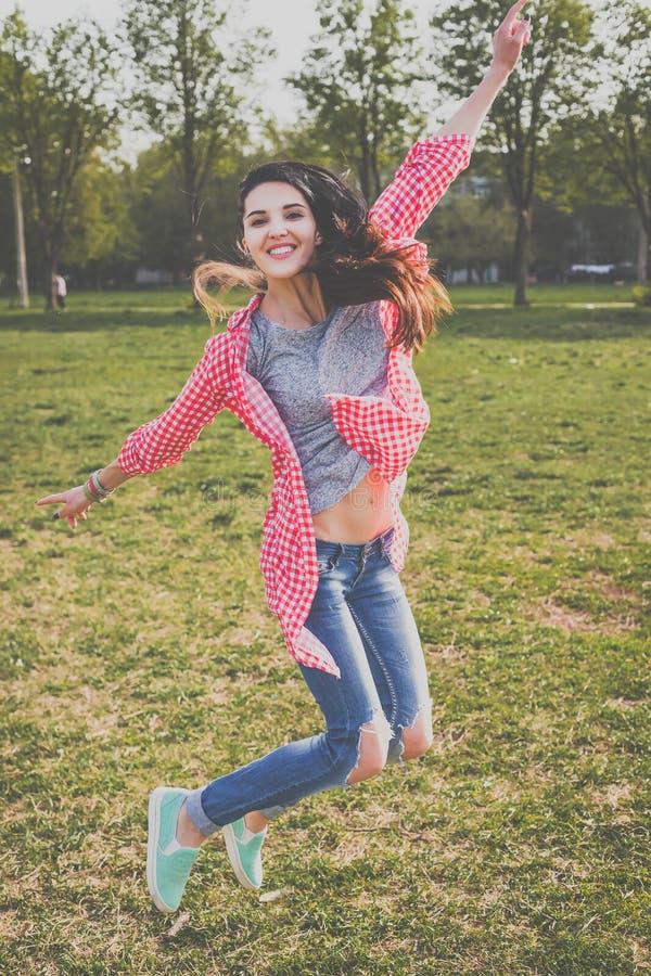 Salto de la muchacha del inconformista fotos de archivo libres de regalías