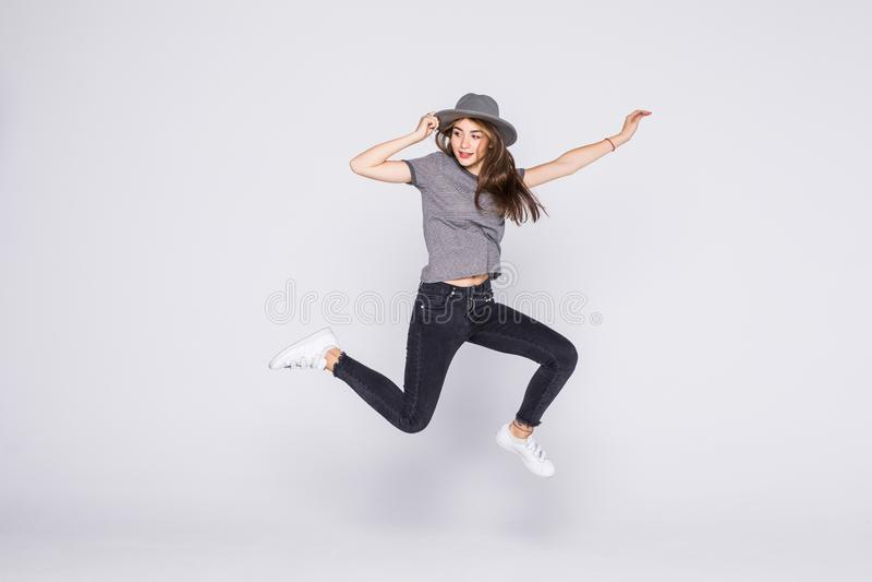 Salto de la mujer del verano de la alegr?a emocionado aislado en el fondo blanco fotografía de archivo