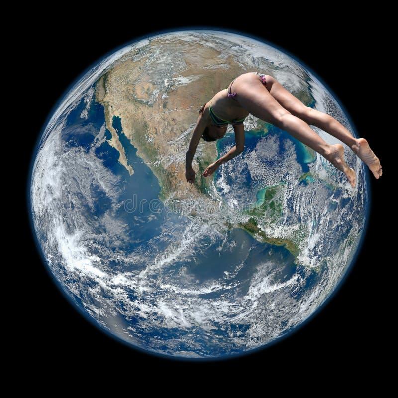 Salto de la mujer en la tierra del planeta fotos de archivo