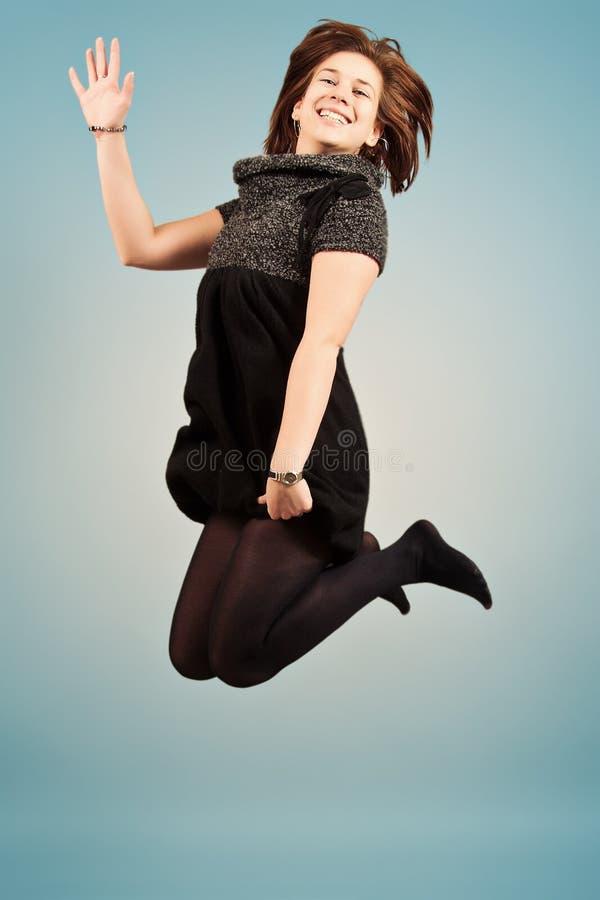 Salto de la mujer joven foto de archivo libre de regalías