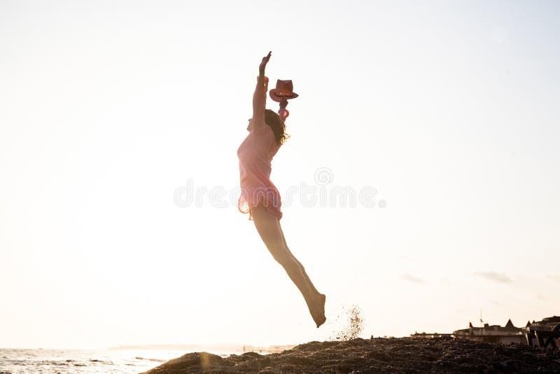 Salto de la mujer joven fotos de archivo