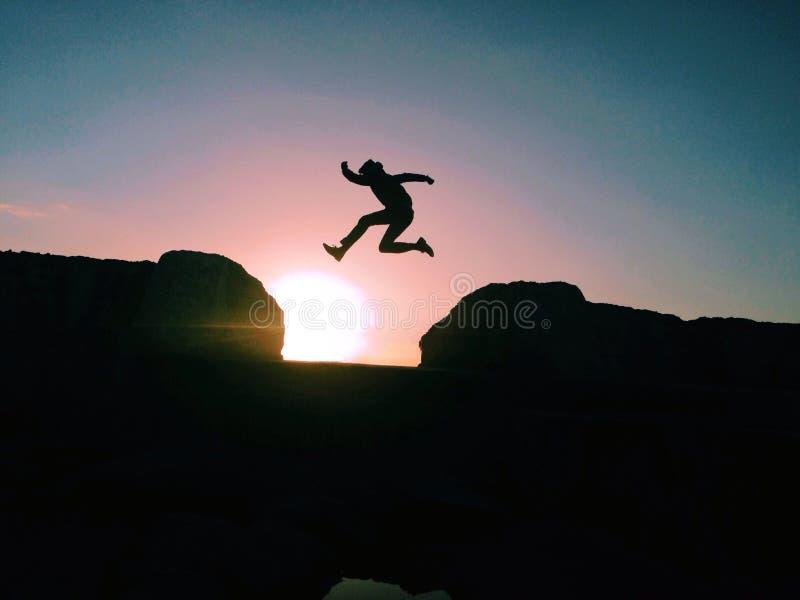 Salto de la puesta del sol foto de archivo libre de regalías