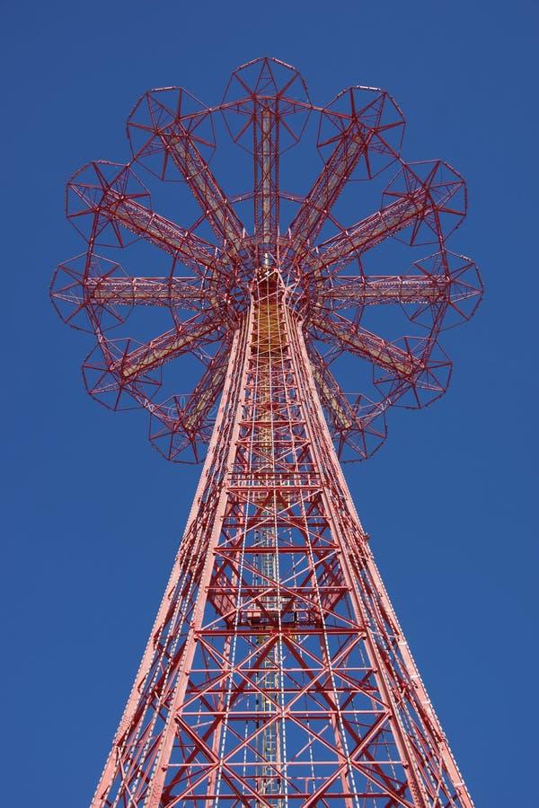 Salto de paraquedas em Coney Island imagens de stock royalty free