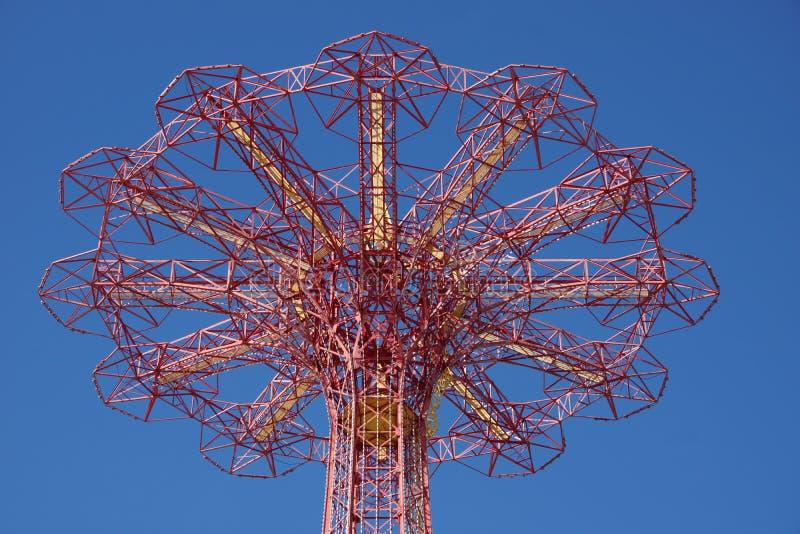 Salto de paraquedas em Coney Island imagem de stock