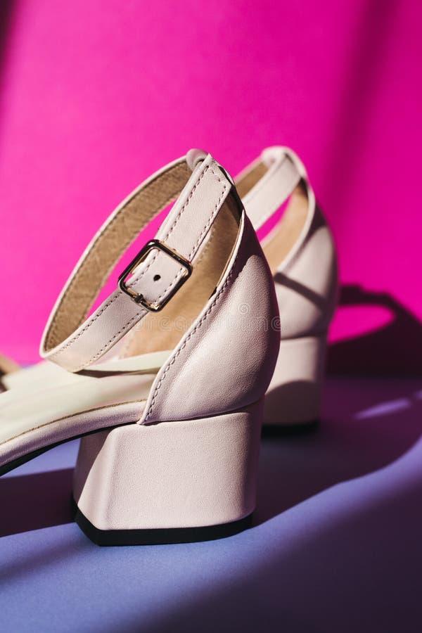Salto de sandálias brilhantes bonitos, sombra da janela imagem de stock